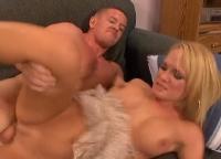 Mrs. Mason raggiunge un orgasmo sul divano
