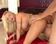 Holly Halston si lascia fottere fino al bel orgasmo