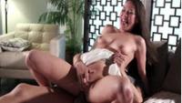 Bella troietta riceve un cazzo grande in vagina