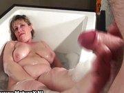 La nonna gioca con il vibratore